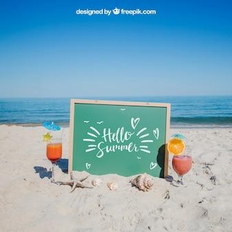 Concepto de playa con pizarra y bebida