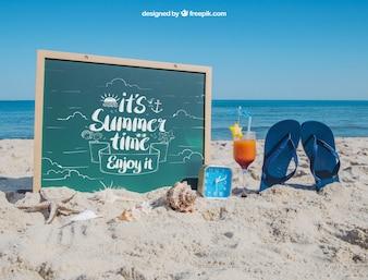 Concepto de playa con pizarra y chanclas