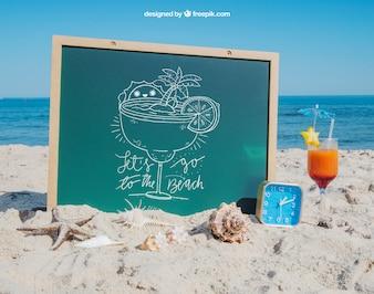 Concepto de playa con pizarra y coctél