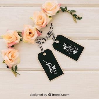 Diseño de mock up con etiquetas y adornos florales