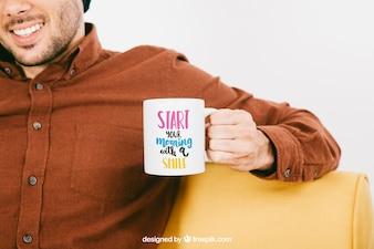 Diseño de mock up con hombre sonriente y taza