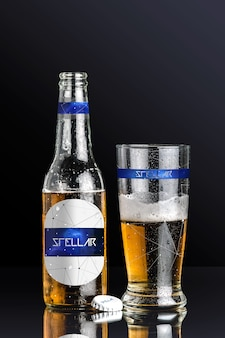 Diseño de mock up de botellín y vaso de cerveza