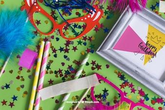 Diseño de mockup de cumpleaños fantástico con elementos decorativos