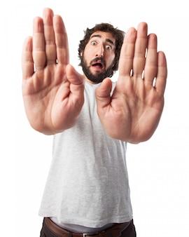 Hombre con las manos estiradas