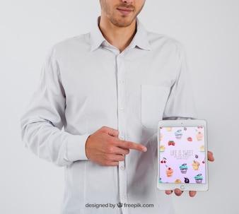 Hombre de negocios apuntando a tablet