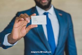 Hombre de negocios elegante mostrando tarjeta de visita