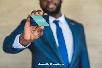 Hombre de negocios mostrando tarjeta de visita