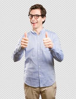 Hombre feliz con los pulgares arriba