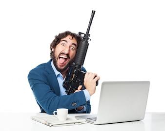 Homem com uma metralhadora