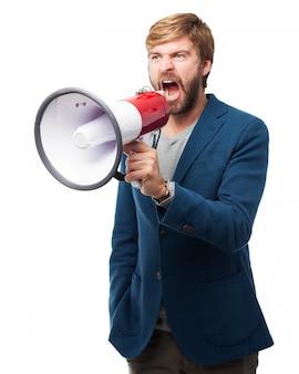 Homem que shouting através de um megafone
