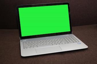 Laptop tela em branco sobre um fundo marrom