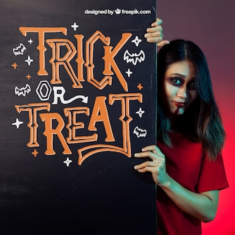 Maquiagem de Halloween com garota atrás da parede negra