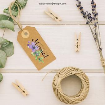 Mock up de boda con etiqueta y adornos