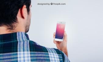 Mock up design com cara jovem com smartphone