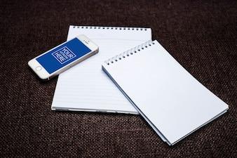 Mockup de bloc de notas con smartphone