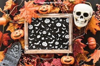 Mockup de pizarra de halloween con cráneo y lápida en hojas