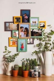 Muchos marcos en pared con decoración de flores