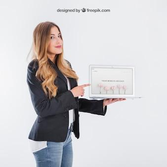 Mulher de negócios que apresenta o tablet