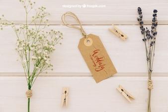O casamento se mapeia com rótulo, flores e roupas