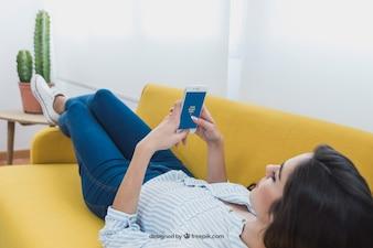 Protótipo do design da mulher usando o telefone móvel