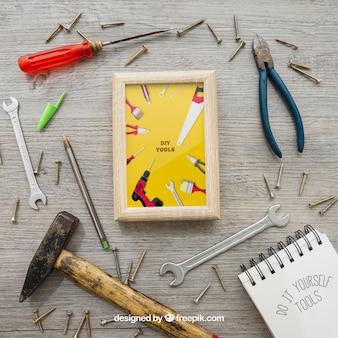 Quadro, ferramentas e parafusos