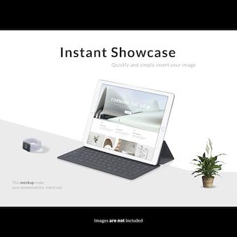 Tablet com teclado no fundo branco maquete