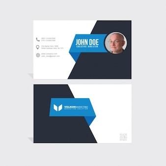 Tarjeta corporativa azul y negra con formas poligonales