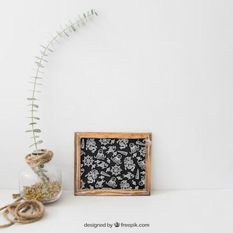 Ardoise à côté de fleurs sauvages dans le verre