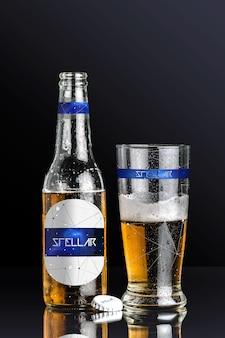 Bouteille de bière et un verre maquette de conception