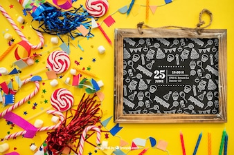 Décoration d'anniversaire avec des bonbons et des confettis d'ardoise