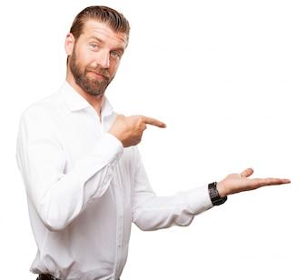 Exécutif avec chemise blanche pointant sa main gauche