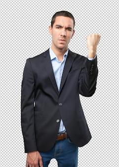 Homme d'affaires sérieux avec un geste de force