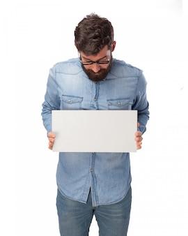Jeune homme tenant une affiche vierge