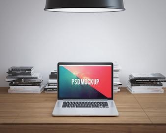 L'ordinateur portable sur le bureau en bois se moque