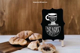 Maquette de petit-déjeuner avec croissants et planche