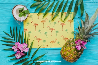 Composizione estiva tropicale con ananas