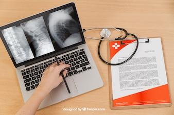 Computer portatile e documento medico immergono