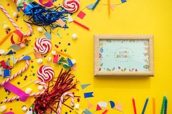 Concetto di compleanno con cornice e caramelle
