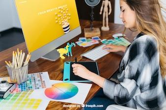 Grafico designer mockup con la ragazza