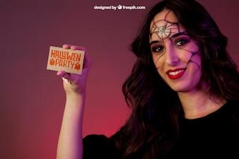 Halloween mockup con la ragazza mostrando biglietto da visita