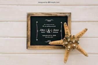 Il matrimonio si esibisce con la lavagna e le stelle marine