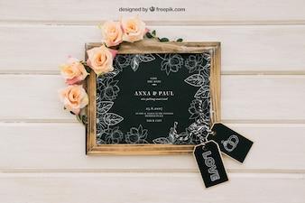 Lavagna modellata con fiori e etichette