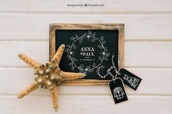 Mock up design con lavagna, etichette e stelle marine