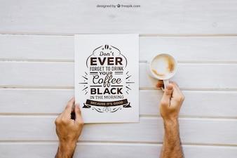 Mockup colazione con le mani che tengono caffè