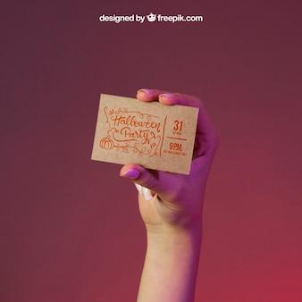 Mockup di Halloween con il biglietto da visita della mano