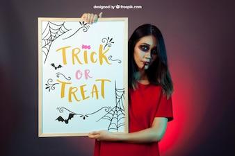 Mockup di Halloween con la lavagna della holding della ragazza