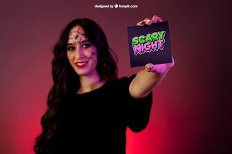 Mockup di Halloween con la scheda di presentazione della ragazza