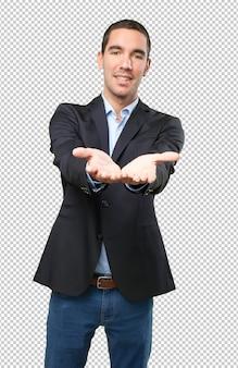 Uomo d'affari felice con gesto di offerta
