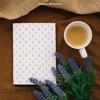 Buchcover Zusammensetzung mit Kaffee und Blumen