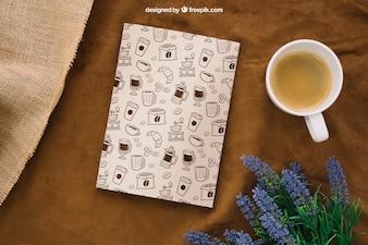 Buchcover Zusammensetzung mit Kaffeetasse und Blumen